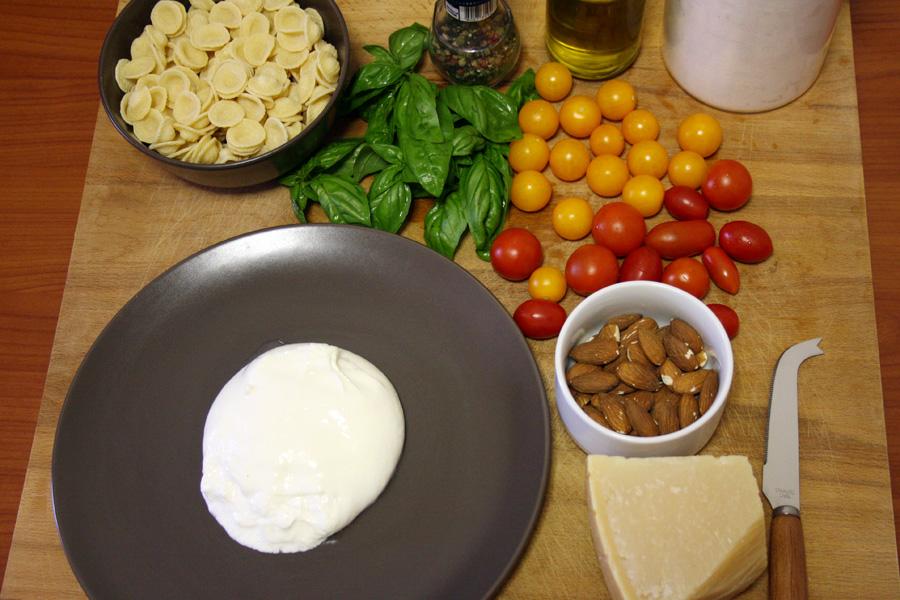 Ingredienti orecchiette con pomodorini pesto e burrata