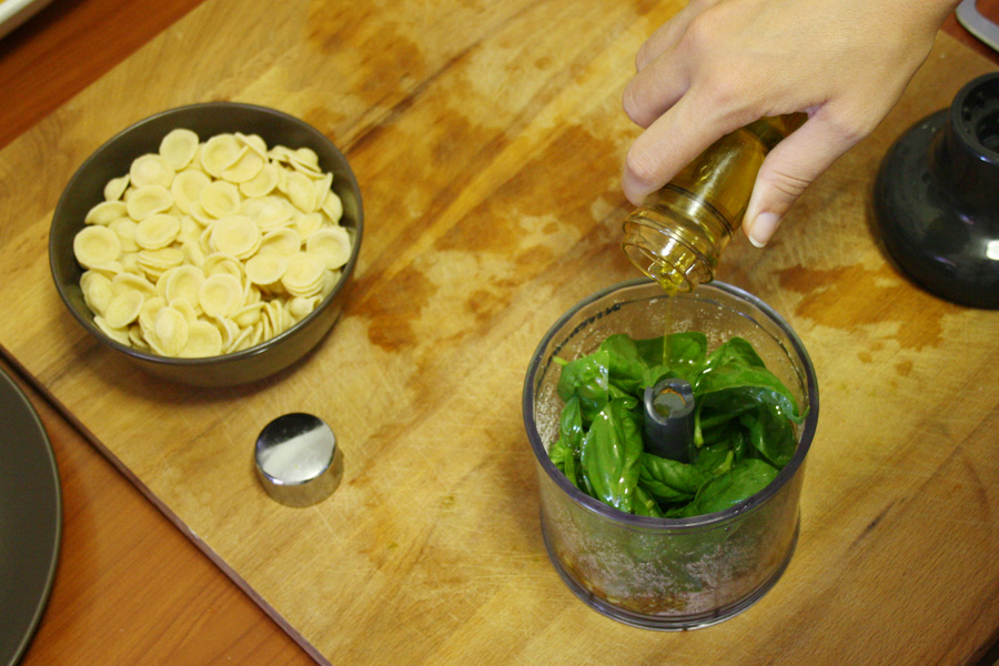 Preparazione orecchiette con pomodorini pesto e burrata