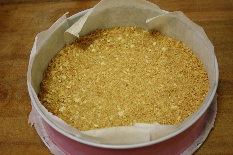 Preparazione base ricetta Cheesecake fredda con fragole e kiwi