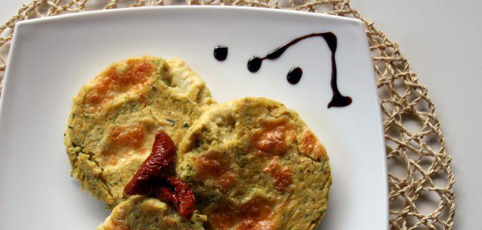 Scopri come preparare la farinata di ceci o cecina e arricchirla con zucchine e mozzarella! Una ricetta facile, veloce e buonissima!