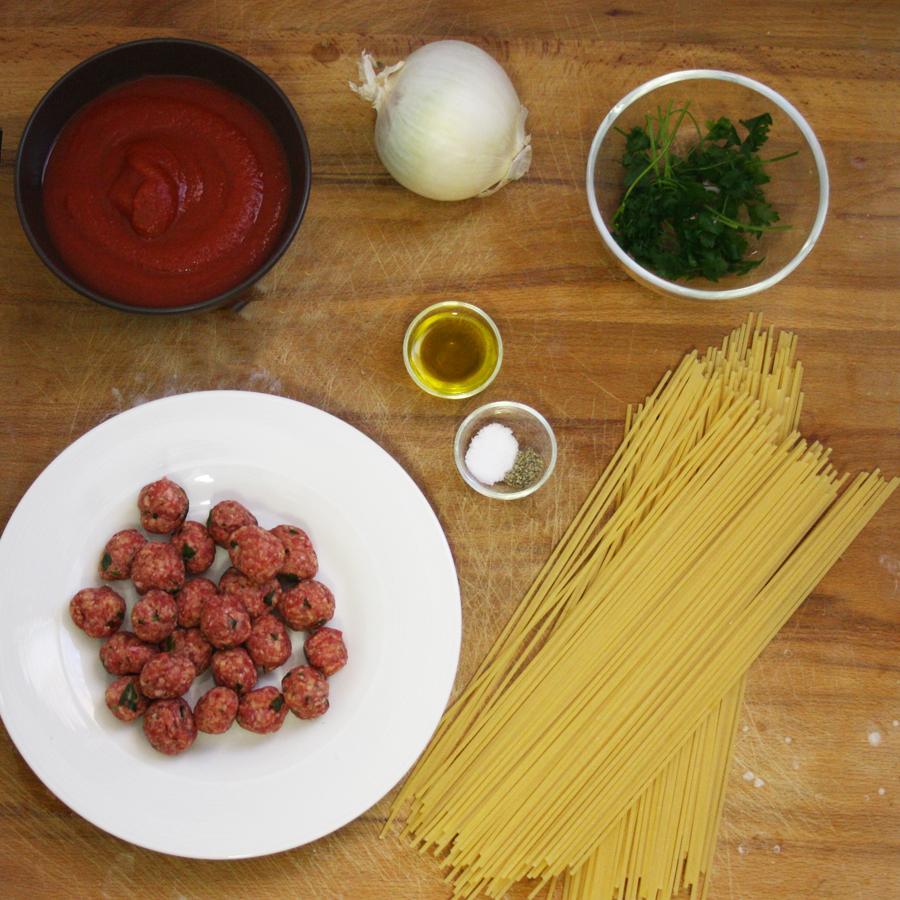 Ingredienti ricetta tagliatelle con polpette e pomodoro