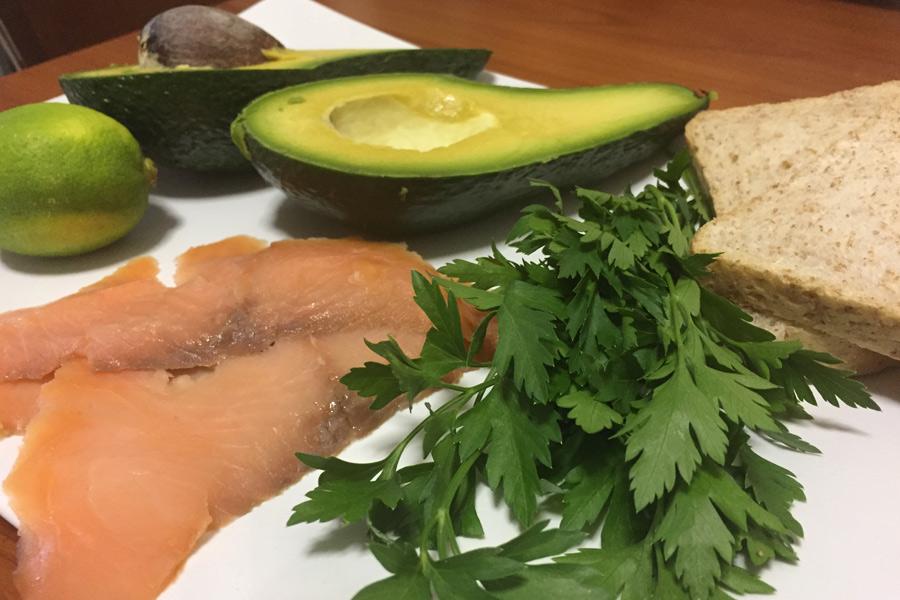 Toast con crema di avocado e salmone affumicato
