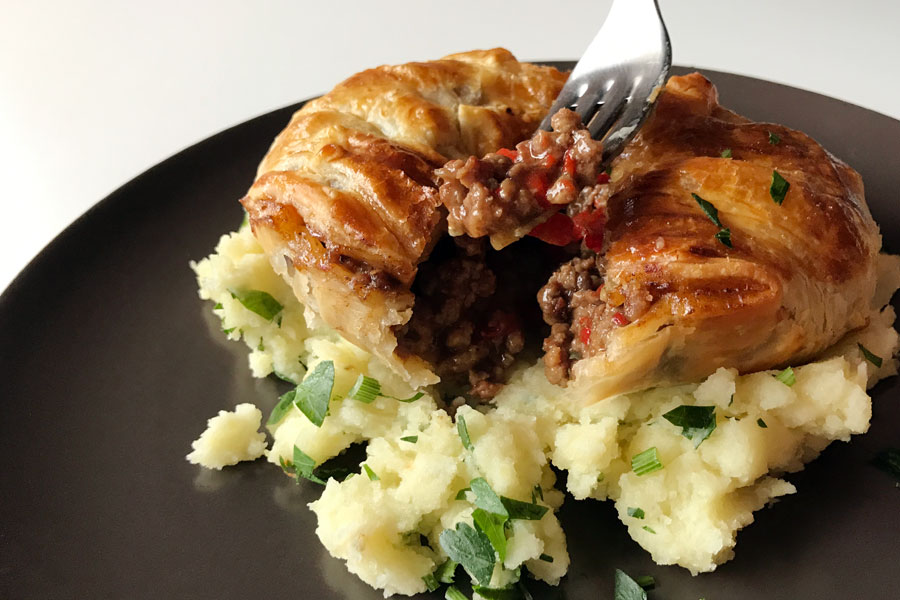 Torta salata ripiena di manzo e pollo: ecco il Pie and Mash!