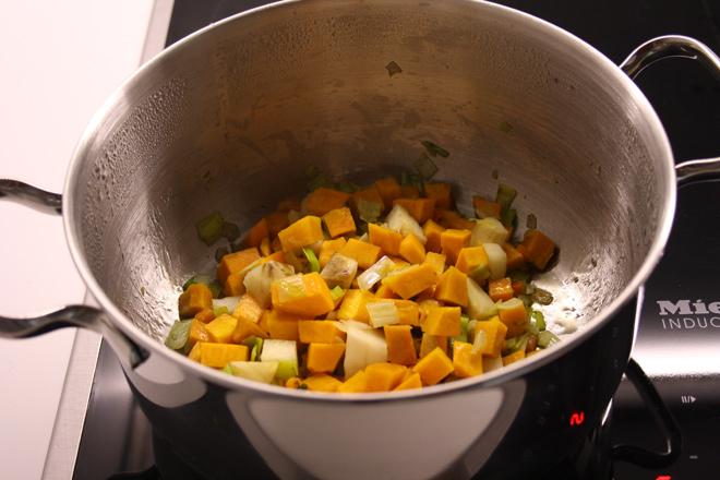 Risotto di zucca e topinambur con chips di topinambur e granella di mandorle tostate