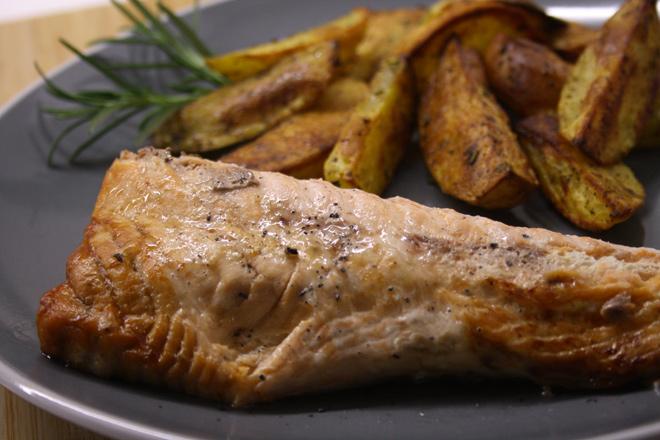Salmone al forno con contorno di patate speziate, ecco la tua cena di stasera!