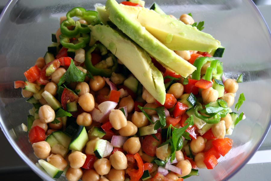 Prepara una buonissima insalata di ceci estiva senza accendere nessun fornello! Buona, fresca, coloratissima e gustosissima! Provala subito!