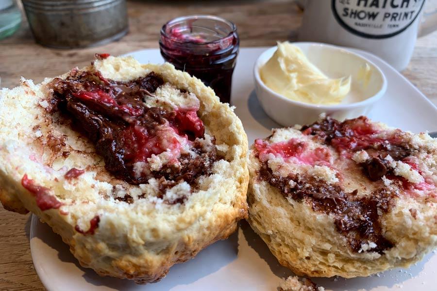 Mangiare a Edimburgo: la colazione con haggis e scones, ecco i piatti tipici scozzesi