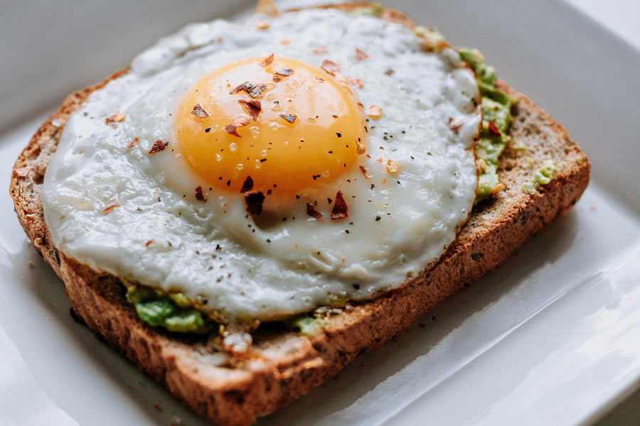 5 idee per una colazione sana: pane tostato, avocado e uova