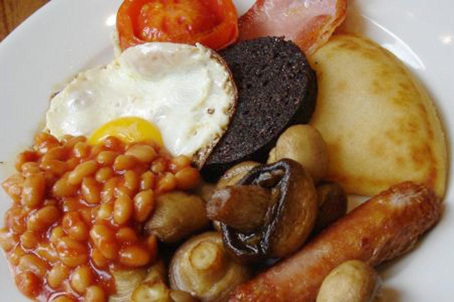 Mangiare a Edimburgo: la colazione con haggis e scones, ecco i piatti tipici scozzesi!