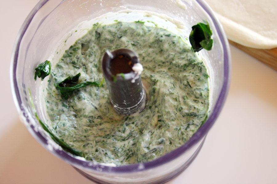 Cena vegetariana veloce e deliziosa: calzone ripieno con ricotta e spinaci