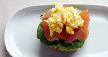 Colazione proteica: con avocado, salmone e uova!