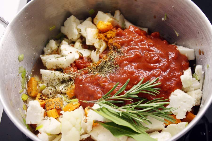 Ricaricati di vitamine con una zuppa di cavolfiore con carote e ceci: un piatto che ti riscalderà durante le fredde serate invernali! Scopri la ricetta!