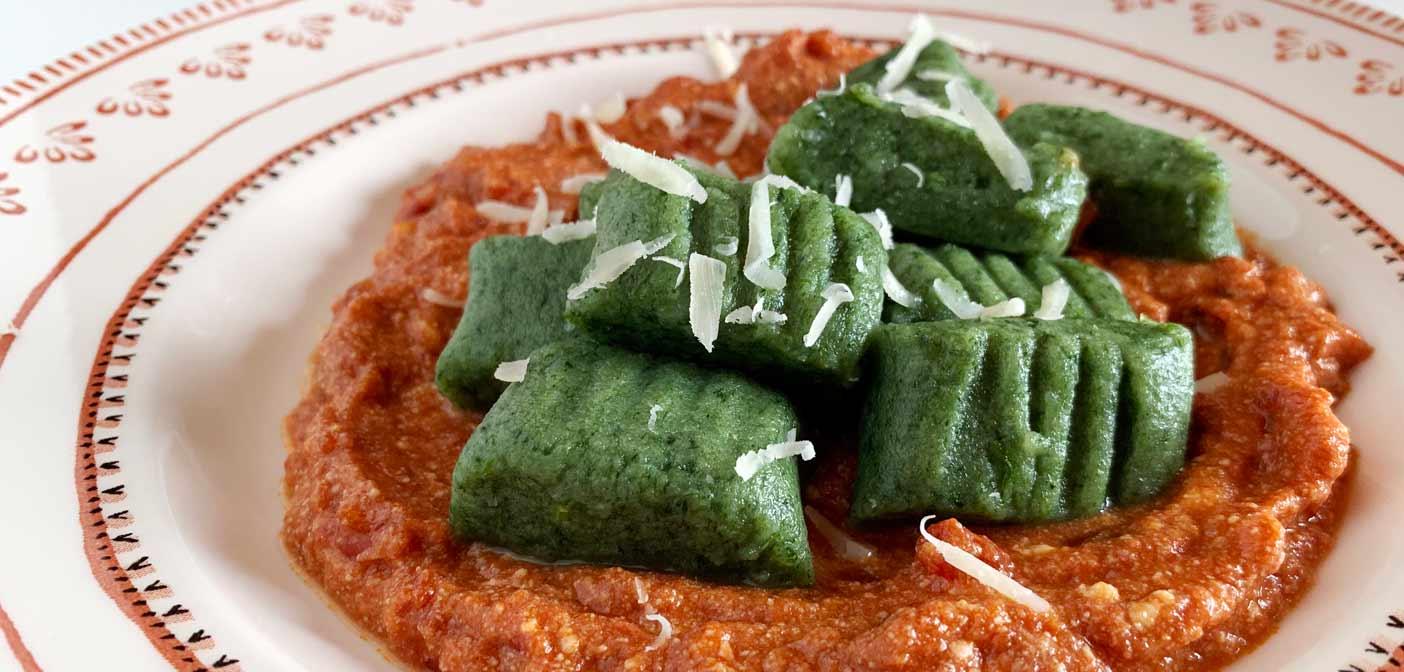 Ricetta Gnocchi Spinaci Con.Gnocchi Di Spinaci Con Pomodoro E Ricotta Ecco La Ricetta Per Realizzarli