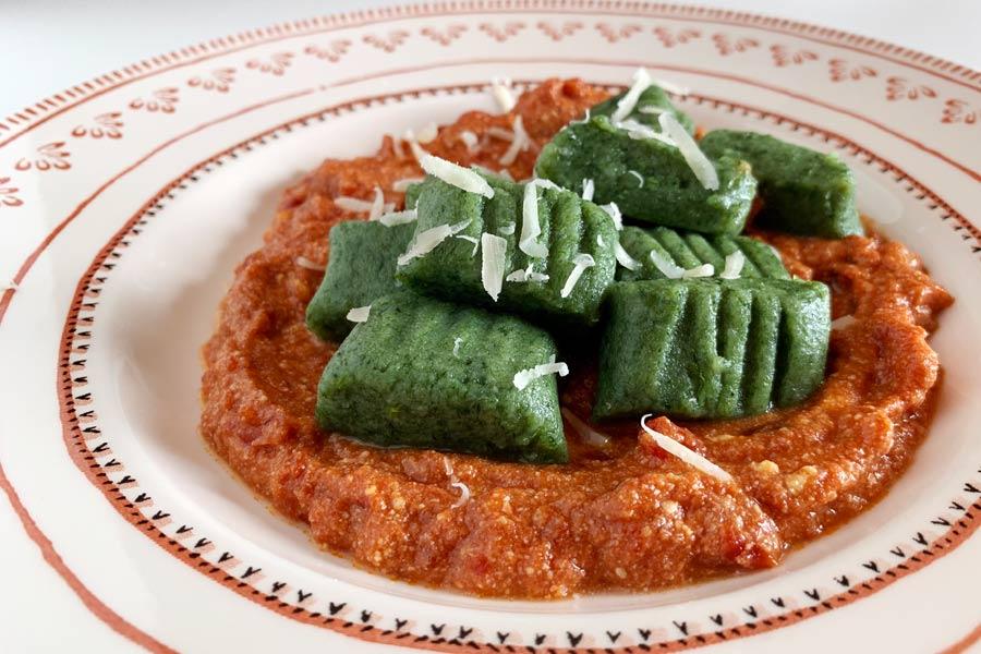 Gnocchi di spinaci con sugo al pomodoro e ricotta