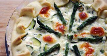 Torta salata con asparagi e zucchine