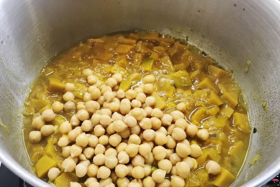 Zuppa di zucca con orzo e ceci