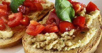 Bruschette con hummus e pomodorini